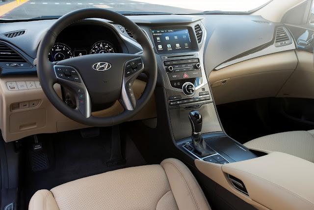 Interior view of 2015 Hyundai Azera