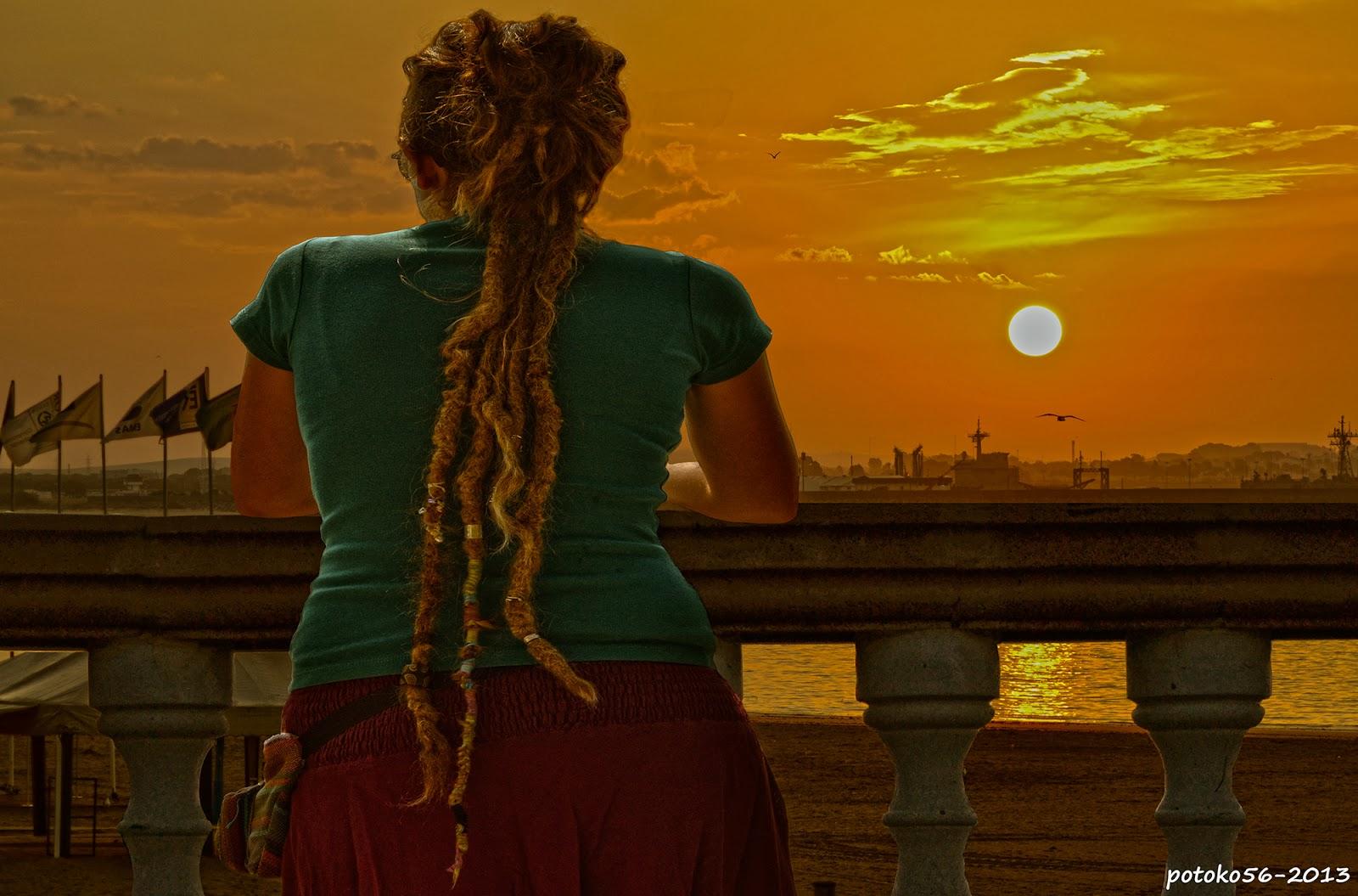 Chica mirando amanecer en Rota