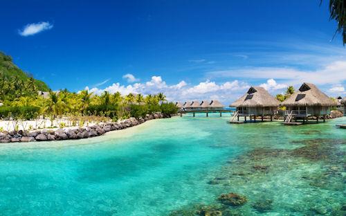 Hotel Bora Bora Hilton a las orillas de la playa con aguas de color turquesa