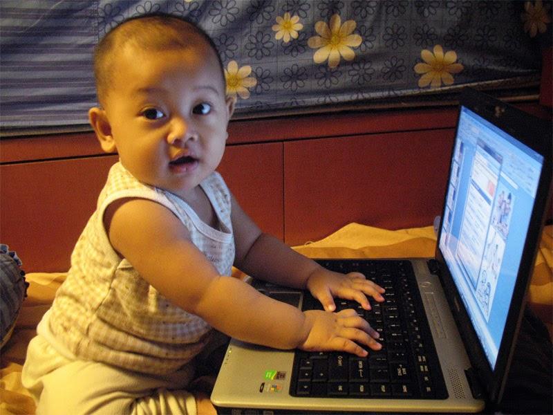 Anak-Kecil-Main-Laptop
