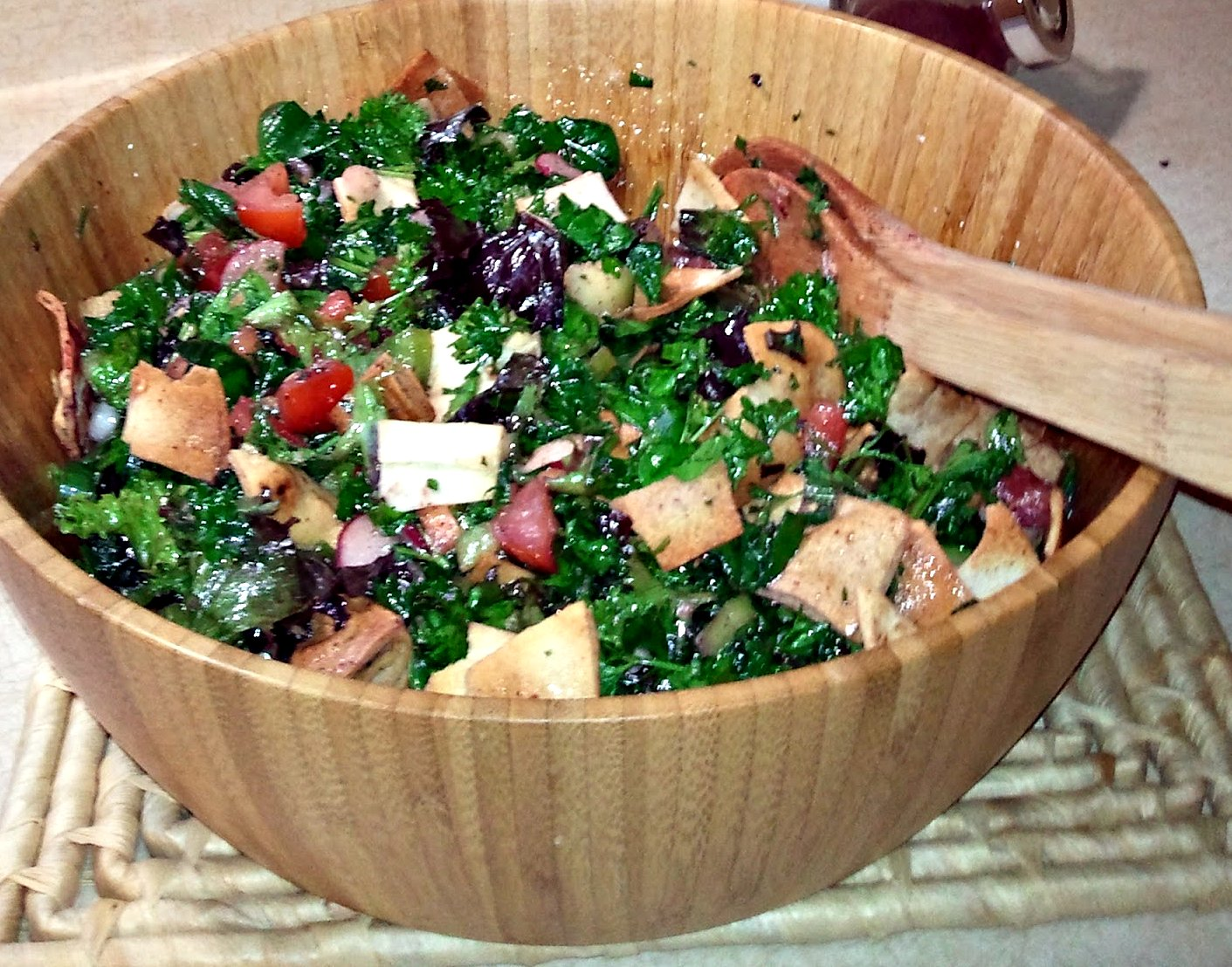 Fattoush, Lebanese Salad with pomegranate and sumac (Fattoosh in ...