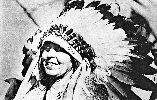 Regina Maria cu coroana de pene a indienilor