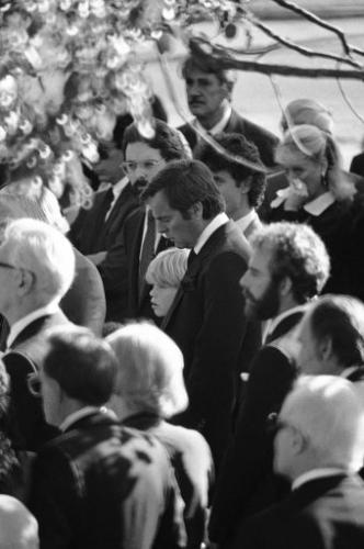 Funeral, al fondo de la fotografía Rock Hudson