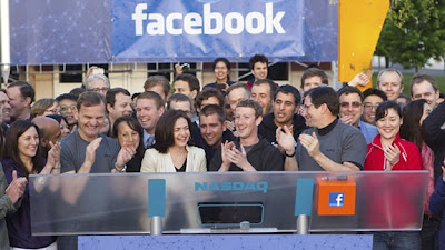 (CNN) — Mark Zuckerberg no corre riesgo de perder su trabajo, pero eso no significa que pueda salvarse de las recientes críticas por su liderazgo. Facebook ha tenido unos difíciles primeros tres meses como compañía pública. La acción de la red social ha tenido un desempeño pobre desde que salió a la bolsa en mayo, y el lunes pasado cayó a un mínimo histórico de 18.75 dólares, menos de la mitad del precio inicial de la acción de 38 dólares. Los inversionistas buscan culpar a alguien por el decepcionante desempeño de Facebook en la bolsa, y el objetivo obvio es