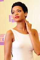 10 wanita terseksi 2013 Rihanna