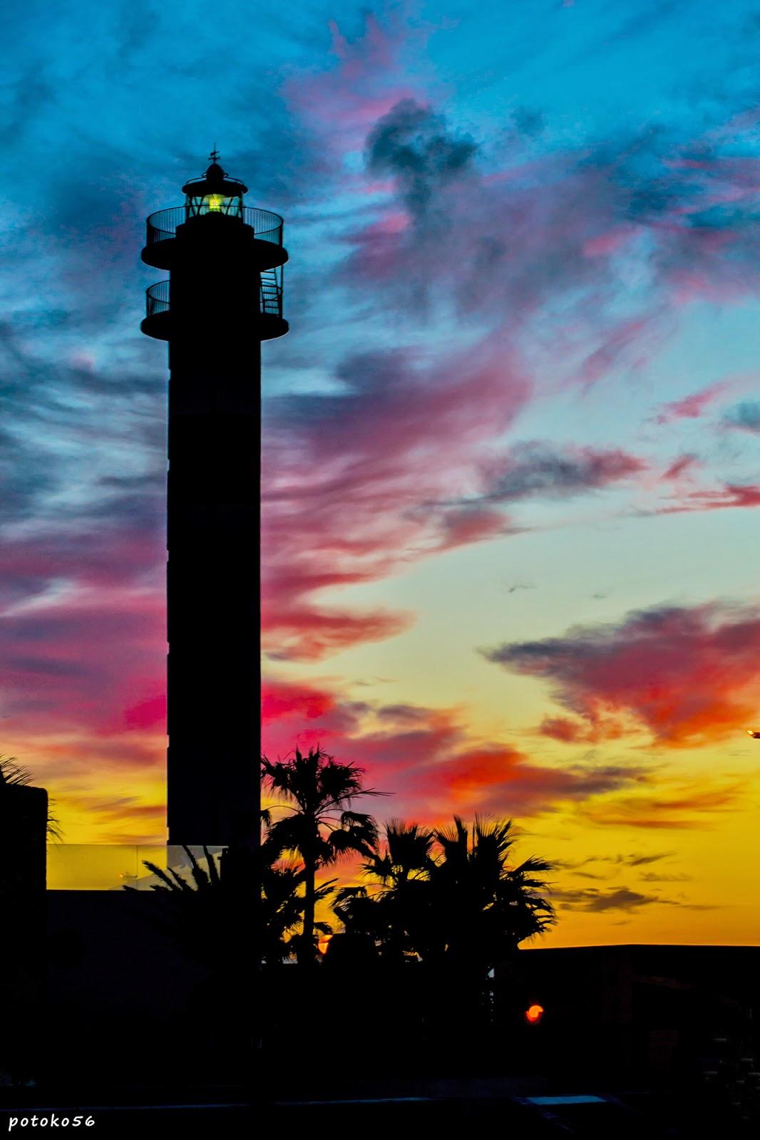 Faro de Rota y las nubes de hoy