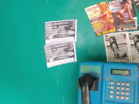 Os panfletos colados no orelhão (Foto: Dcav/Divulgação)