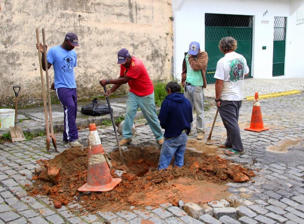 Ligação de esgoto executado na Rua Nestor Pinto, subida principal do Parque São Luiz