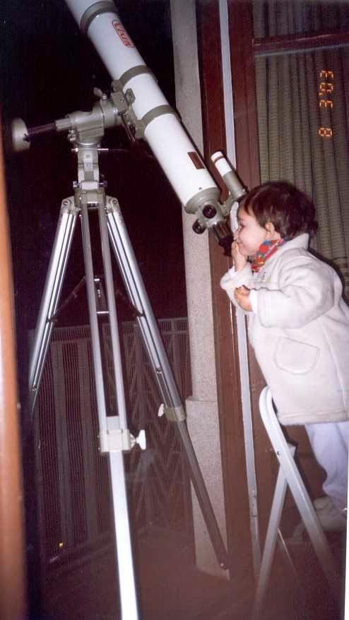 Carolina a los 2 años observando Júpiter