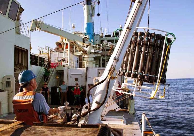A unidade CTD (condutividade, temperatura, profundidade) é baixada pelo navio de pesquisas durante o cruzeiro GEOTRACES no Atlântico Norte em 2011. Dados e amostras de água coletadas durante o cruzeiro contribuíram para o estudo sobre o mercúrio no oceano global liderado por Carl Lamborg. Foto: Brett Longworth / WHOI