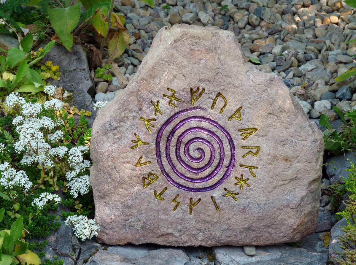 Mocný kameň v záhrade z viginskými runamy ničí nepriateľov chráni dom a vám dáva strašńu moc