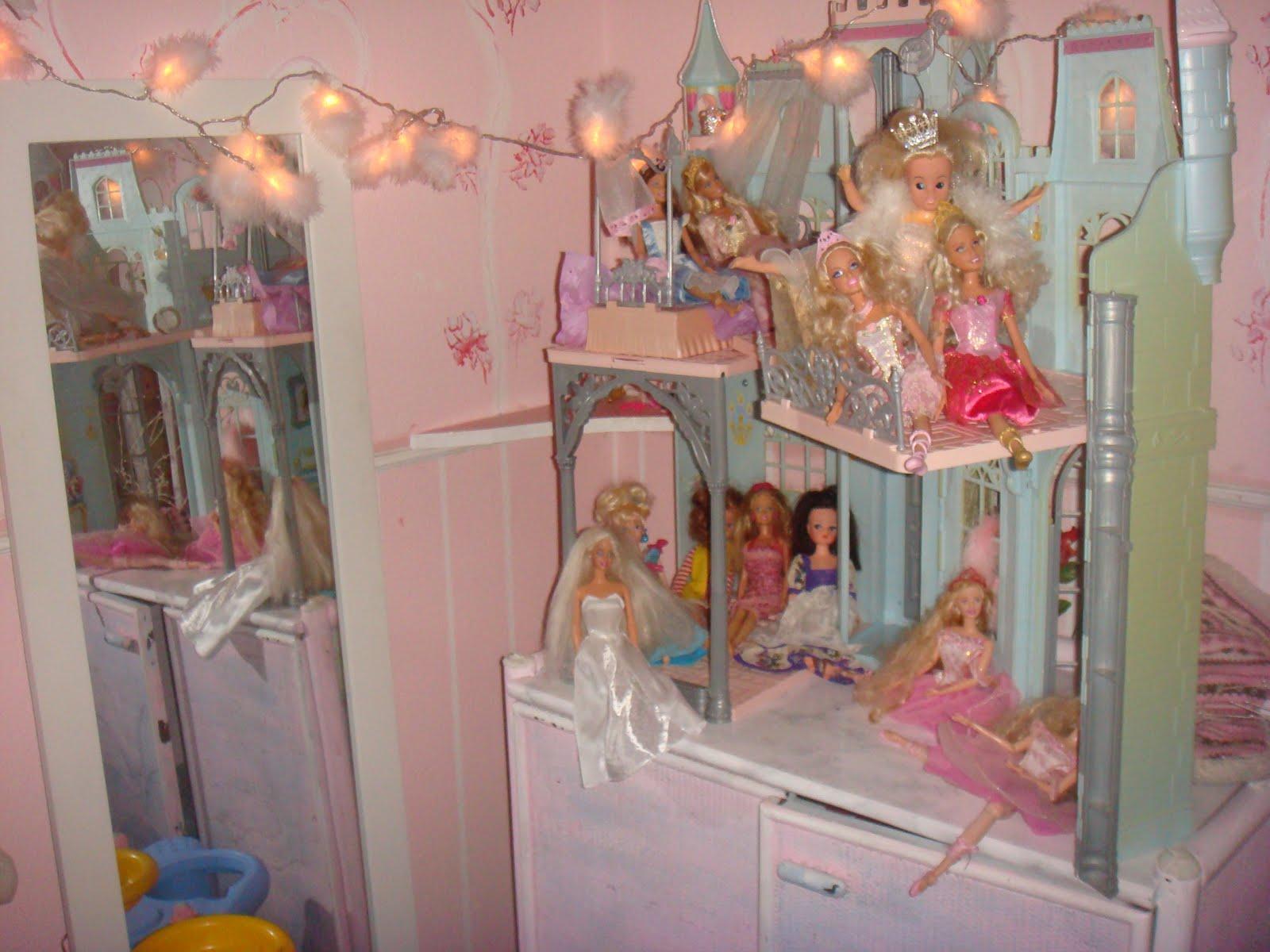 im Kinderzimmer: 2) Barbie und ihr Schloss\