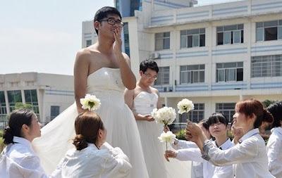 Nam sinh mặc váy cưới chụp ảnh kỉ niệm lễ tốt nghiệp
