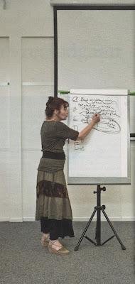 Miriam van Reijen geeft cursus stoïcijnse levenskunst bij de Internationale School voor Wijsbegeerte in Leusden - Foto: Heidi de Gier in VK 2011-05-28