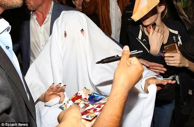 إنها ليدي غاغا الشبح! ترتدي غطاء أبيض فوق رأسها كزي للهالوين