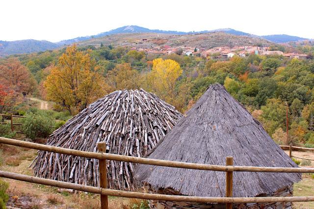 Carbonera y cabaña del carbonero en la senda de los Oficios en La Hiruela-Madrid