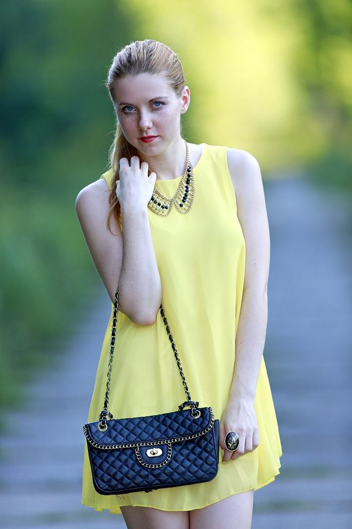 zrzavá blogerka, sexy, žluté šaty, štíhlá postava