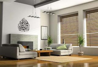 Interior kaligrafi islam di dinding ruang tamu