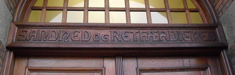 Retten i Odense, motto over døren, Sandhed og Retfærdighed