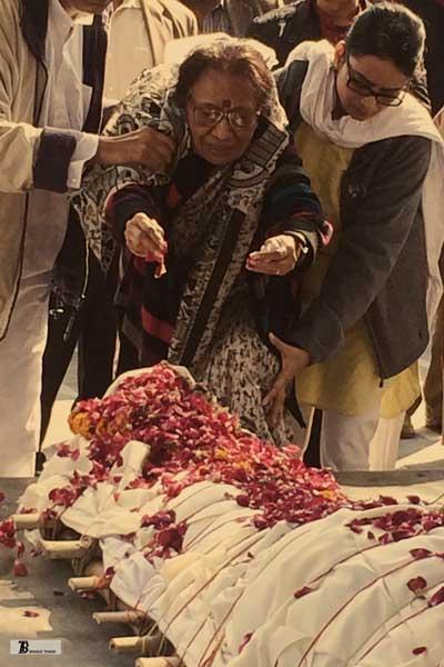 रवींद्र कालिया के अंतिम संस्कार में पत्नी ममता कालिया