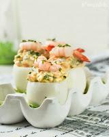 Huevos rellenos de salsa tártara con gambitas