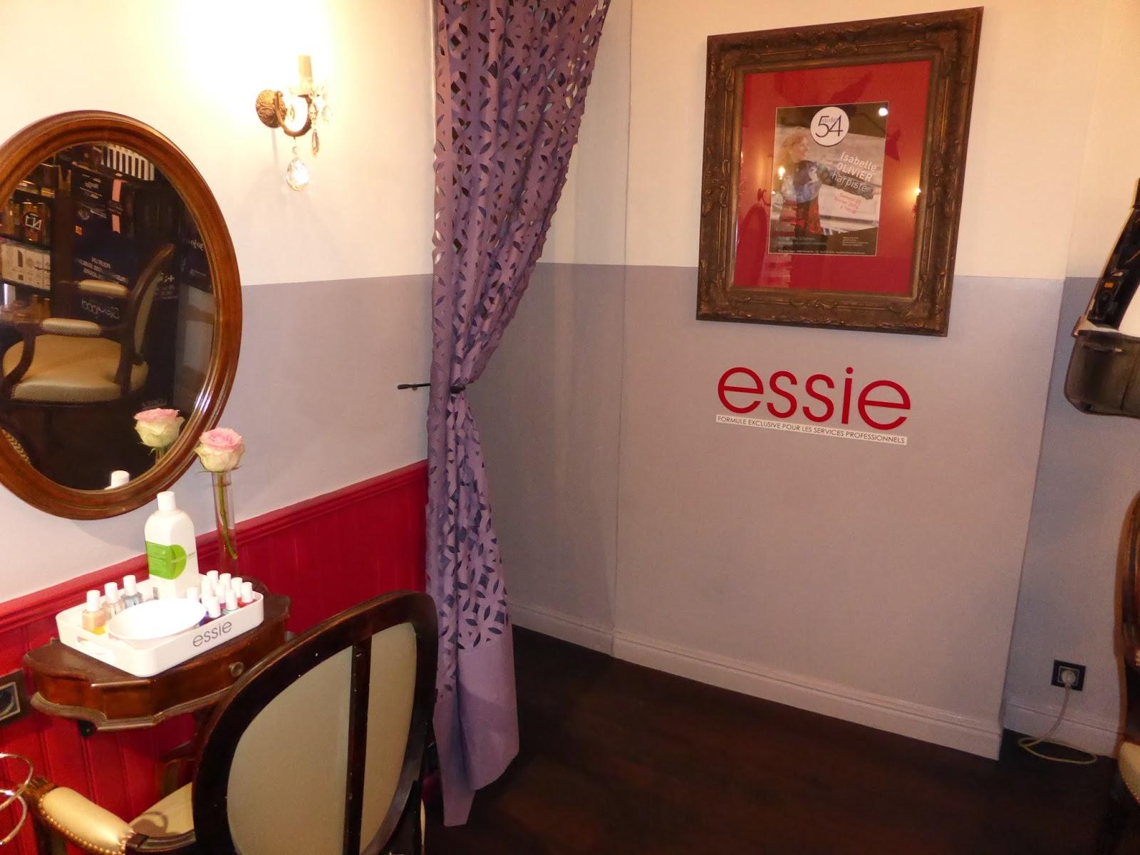 Le Studio 54 mets à disposition de quoi réaliser votre manucure et tester une dizaine de vernis Essie pendant la pose de votre couleur, de vos mèches, de votre balayage ou de votre lissage.