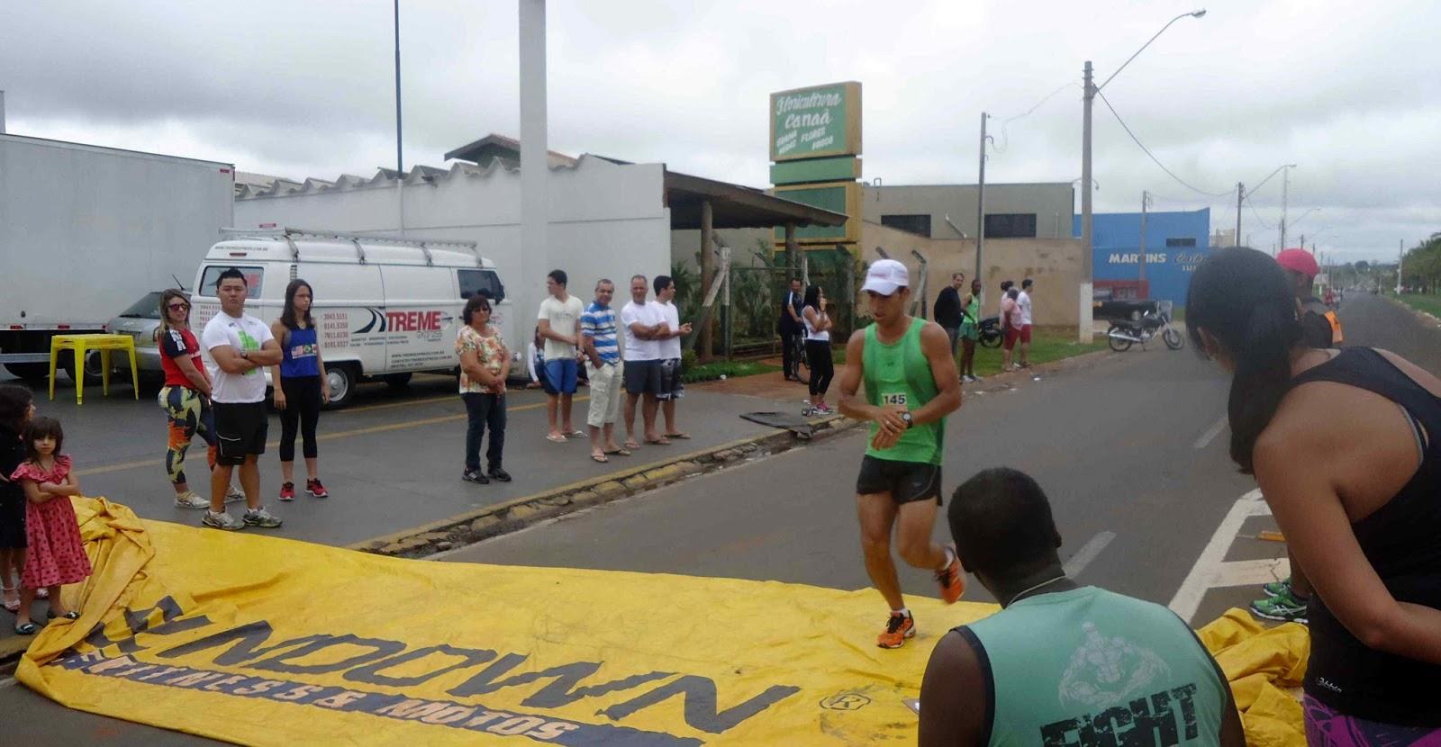 Foto 100 da 1ª Corrida Av. dos Coqueiros em Barretos-SP 14/04/2013 – Atletas cruzando a linha de chegada