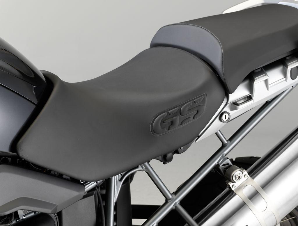 http://4.bp.blogspot.com/-J8DhRWi5Aas/TeJ4q22a4kI/AAAAAAAAASA/AkCV6U1eHSM/s1600/2011-BMW-R1200GS-Triple-Black-Seat.jpg