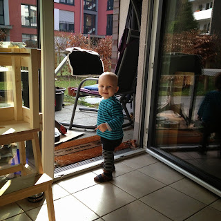 Christkind schaut aus dem Fenster
