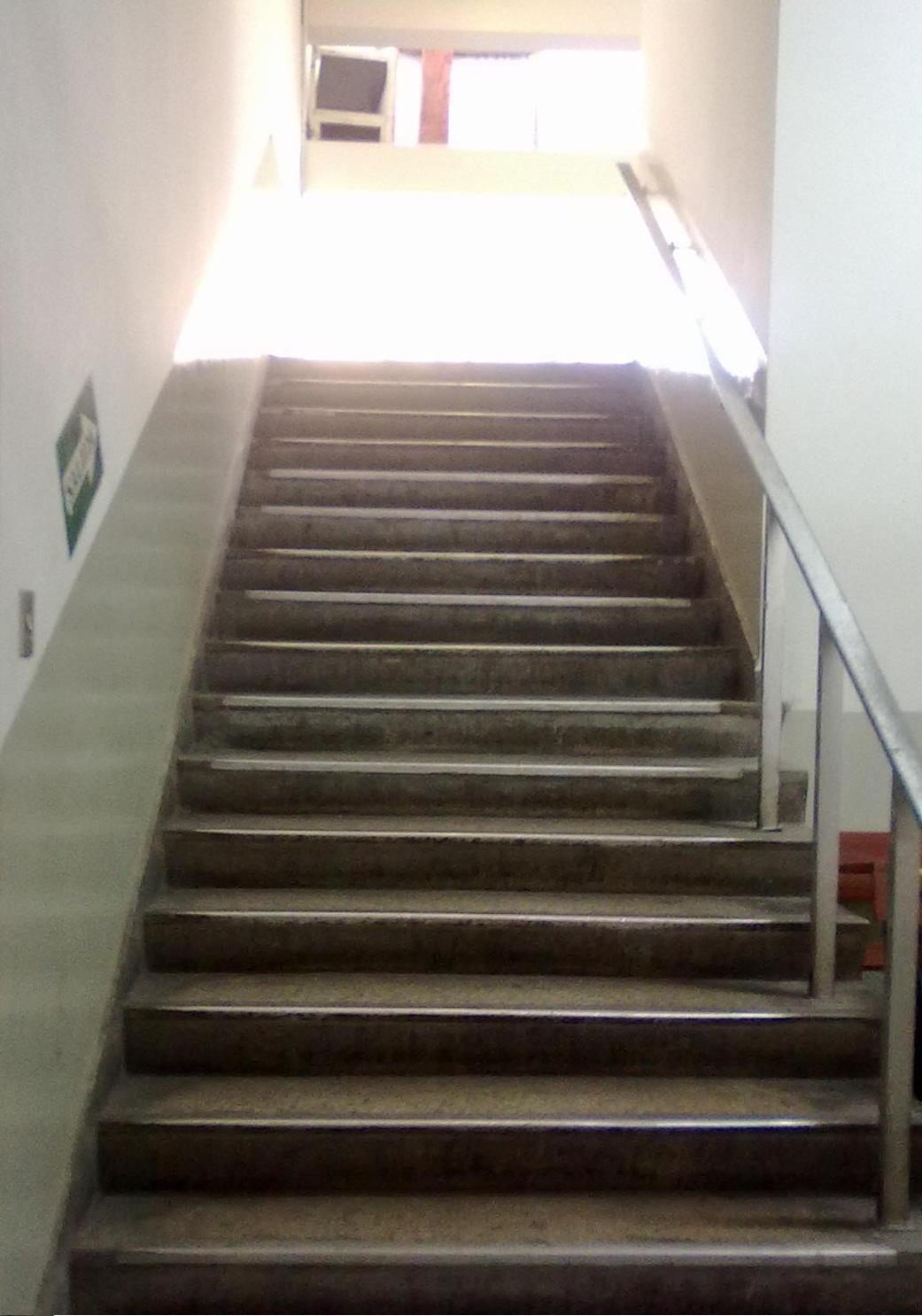 El espejo de maxwell escalera al s tano - Escaleras para sotanos ...