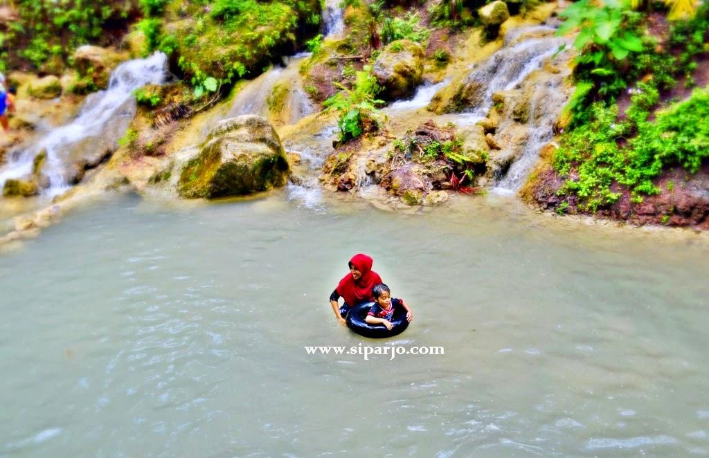 Wisatawan yang bermain air
