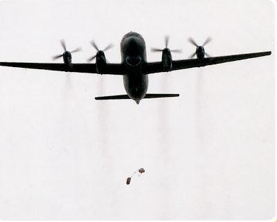 Сброс с Ил 38 на парашюте спасательного плота.