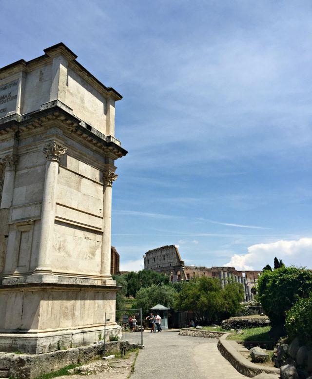 Blick auf das Colosseum vom Forum Romanum mit Kindern in Rom unterwegs Frühstück bei Emma