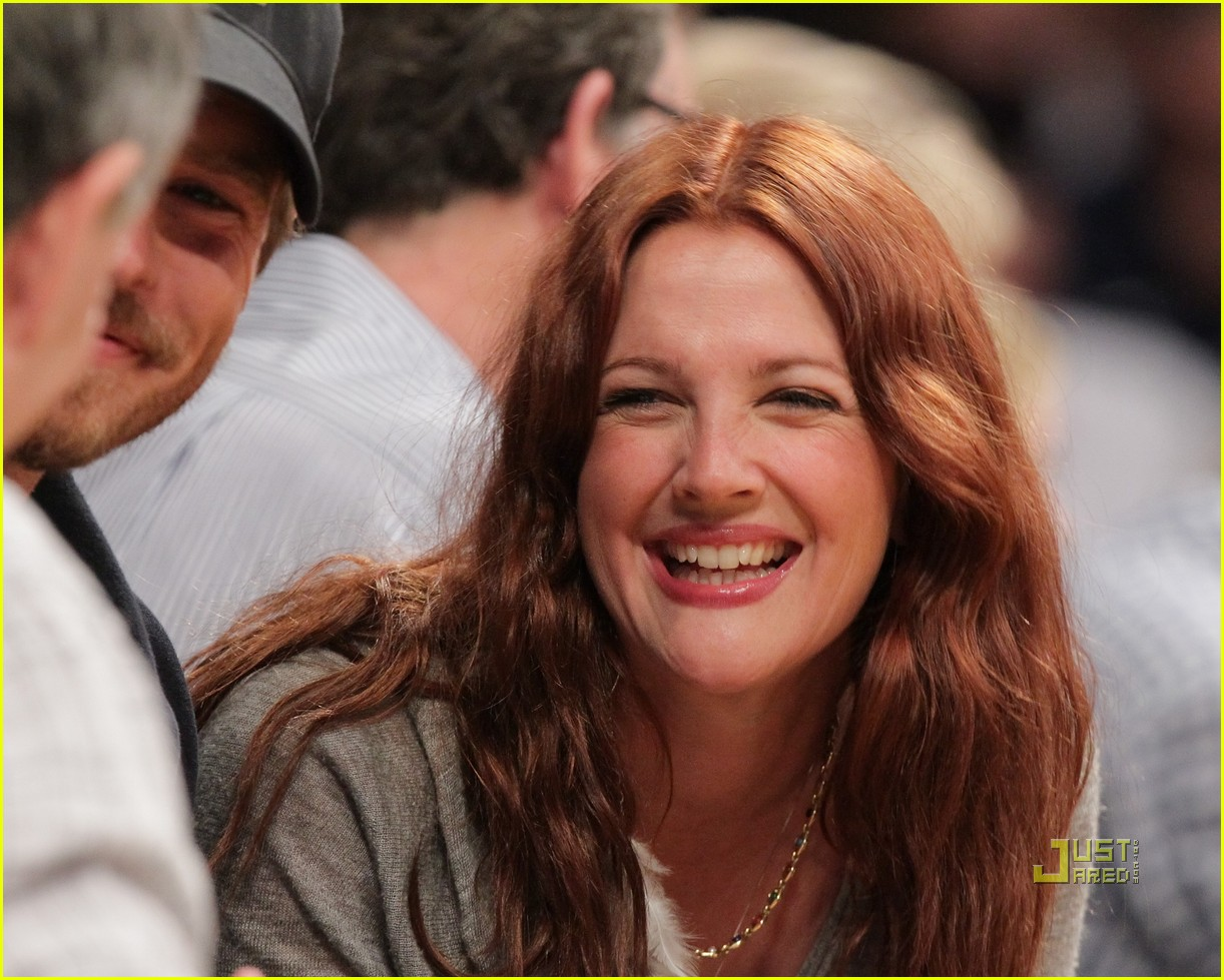 http://4.bp.blogspot.com/-JA7v92NiRc8/UNQCUbGh06I/AAAAAAAAAuw/-HuBjNq6xlI/s1600/drew-barrymore-will-kopelman-lakers-game-courtside-kiss-10.jpg