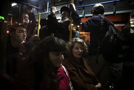 الجلوس بجوار امرأة في وسائل المواصلات العامة الزحام النقل اتوبيس -crowded bus passengers public transportations
