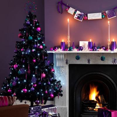 árbol y chimenea decorada con púrpura