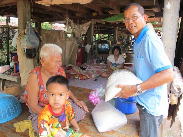 Catequista Subin  repartiendo de arroz en las comunidades de Ponsung. Tailandia