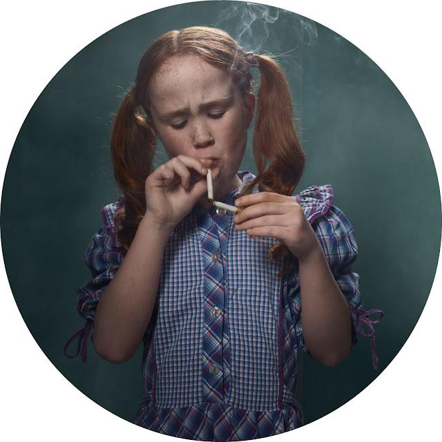 Frieke Janssen, Smoking Kids - Rødhåret pige med Pippi-frisure tænder en cigaret med en anden