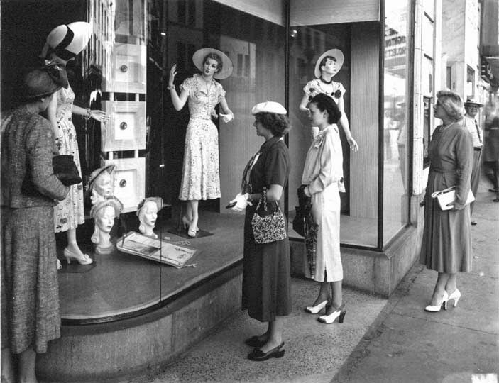 Flashback Summer - Controversial Post: 3 Reasons Vintage Is Like Crack - 1940s/50s women shopping