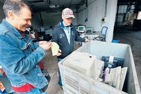 DUA pekerja memeriksa beberapa komponen elektrik lama di kilang tersebut.