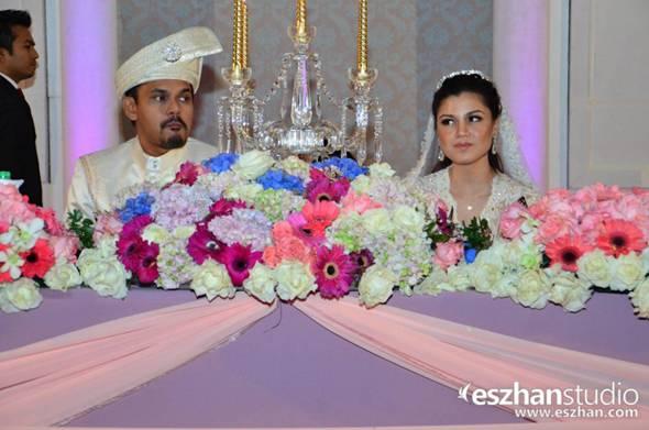 Suasana dewan yang dihiasi dengan paduan bunga berwarna tampak
