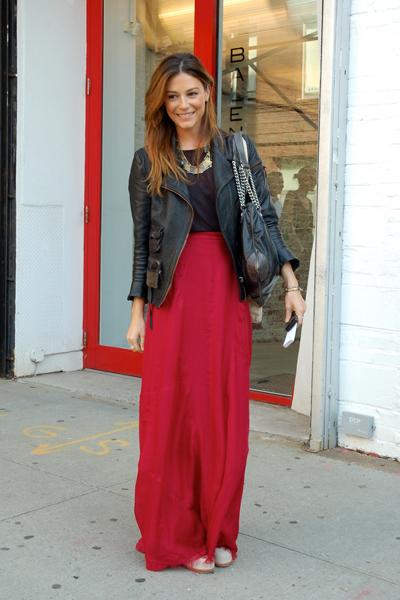długa spódnica street style, maksi street style, modne spódnice, długa spódnica czerwona