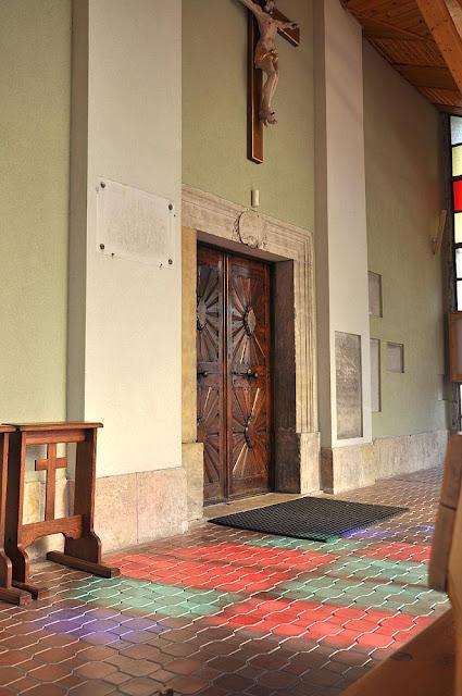 Końskie, południowa ściana kościoła p.w. św. Anny i Jana Chrzciciela. Tablica poświęcona Janowi Siestrzyńskiemu znajduje się po lewej stronie drzwi. Fot KW.