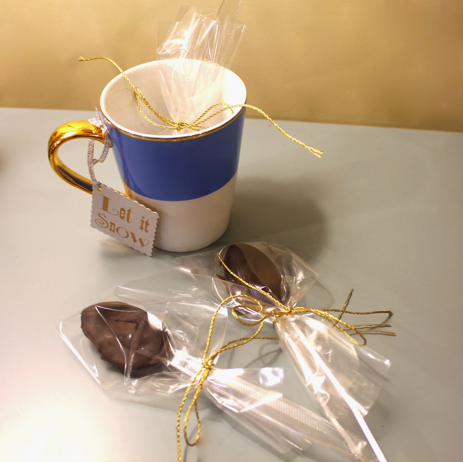 easy DIY Christmas gift: chocolate dipped cocoa spoons