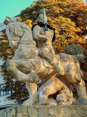 памятник на пейзажной аллее
