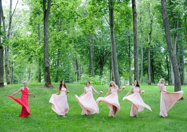 ilgos pamergių suknelės
