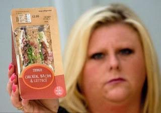 mujer con sandwich de raton