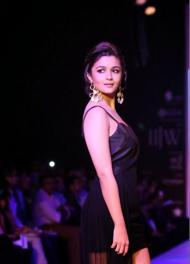 Alia Bhatt Hot Black Mini Skirt Hot Exposing Thunder Thighs Milky juicy Wet Hot Pics of Alia Bhatt