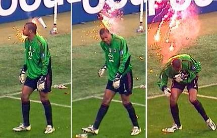 Dida, Kiper AC Milan terkena lemparan flare dari suporter Inter Milan