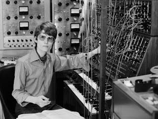 Walter/Wendy Carlos con su sintetizador Moog en su estudio de la West End Avenue de Nueva York hacia 1968.